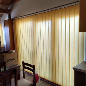 Trakaste zavjese blijedo žute